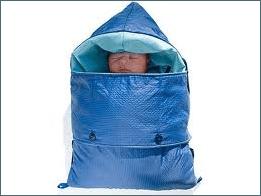 Bebê prematuro envolto em manta aquecedora da Embrace Global - LUZ Loja de Consultoria