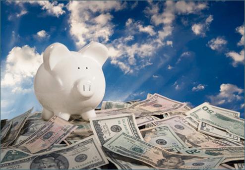 Imagem de Cofre de Porquinho em Cima de uma Montanha de Dinheiro - LUZ Loja de Consultoria