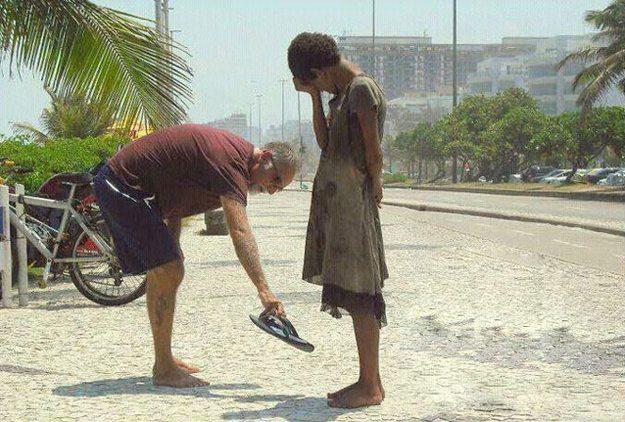 Resultado de imagem para imagem de jovens ajudando outros com comida